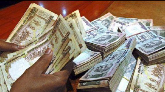 गंगा में पैसे बहाते युवक गिरफ्तार