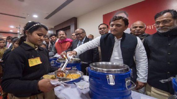 अखिलेश यादव ने किया किचन योजना का शुभारंभ