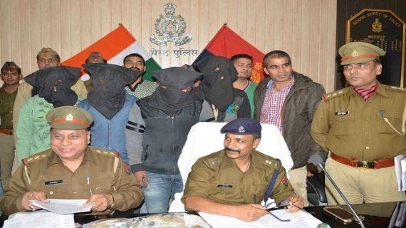 नीली बत्ती लगाकर और पुलिस लिखाकर करते थे चोरी