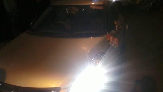 फिल्मी अंदाज में पुलिस ने पकड़ी कार, बरामद हुई शराब की बोतलें