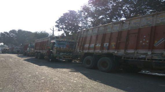 बालू से लदे 35 ट्रक पुलिस ने किए जब्त