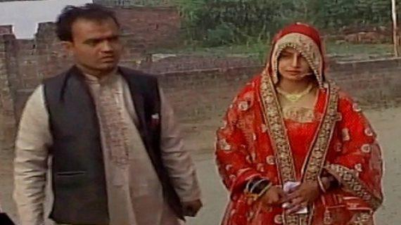 कहीं शादी के जोड़े में पहुंची दुल्हन तो कहीं व्हील चेयर से पहुंचे लोग
