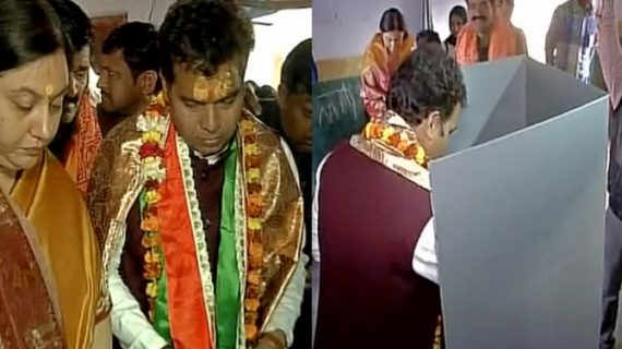 मथुरा में भाजपा प्रत्याशी श्रीकांत शर्मा ने अपनी पत्नी के साथ डाला वोट