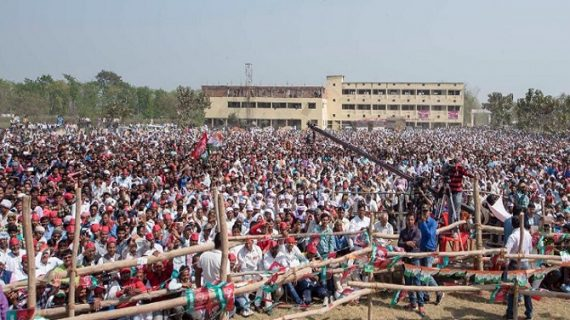 अखिलेश की चुनावी सभा में हादसा, भीड़ के दवाब से गिरी स्कूल की बाउंडरी