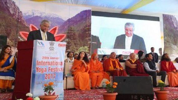 दुनिया में जलानी हैं योग की मशालः राज्यपाल