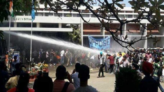 पंजाब यूनिवर्सिटी में फीस बढ़ाने को लेकर छात्रों का हंगामा, पुलिस ने किया लाठीचार्ज