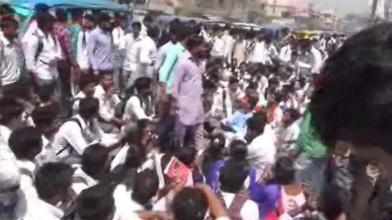 कॉलेज के बाहर प्रदर्शन कर रहे छात्रों पर बरसी लाठियां