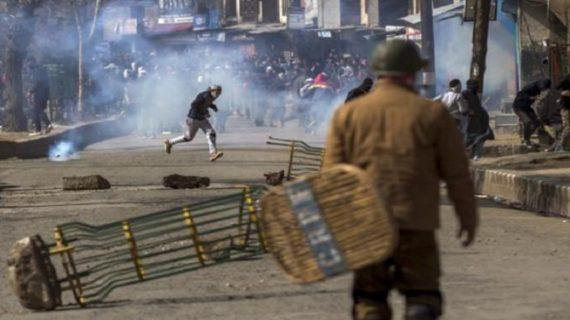 श्रीनगर की लाल चौक पर प्रदर्शनकारी छात्रों ने फेंके सेना पर पत्थर