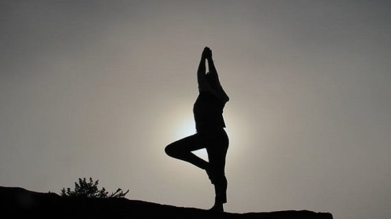 कमर दर्द से निजात दिला सकते है ये योगासन