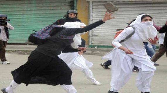कश्मीर आतंकियों को खोज रहे जवानों पर लोग बरसा रहे पत्थर
