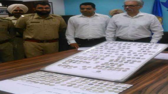 कस्टम विभाग ने जब्त किए यात्री से चांदी के दुर्लभ सिक्के