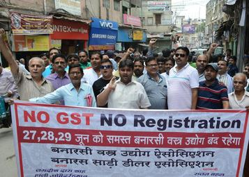 जीएसटी के विरोध में कपड़ा व्यापारियों ने तीन दिन तक बंद किया व्यापार