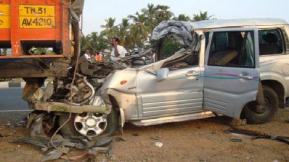 सड़क पर खड़े ट्रक से टकराई कार 4 लोगों की मौके पर हुई मौत : हाथरस