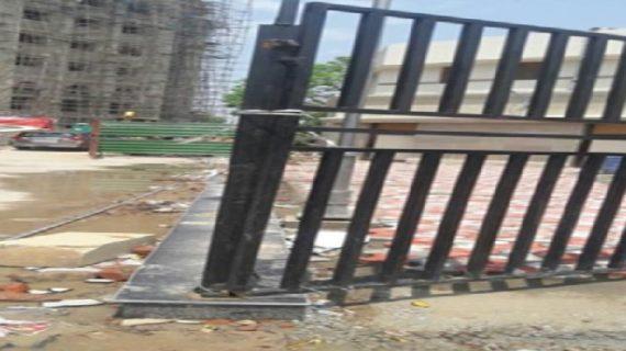 लखनऊ: 400 करोड़ की लागत से बने लोकभवन का दरवाजा गिरने से बच्ची की मौत