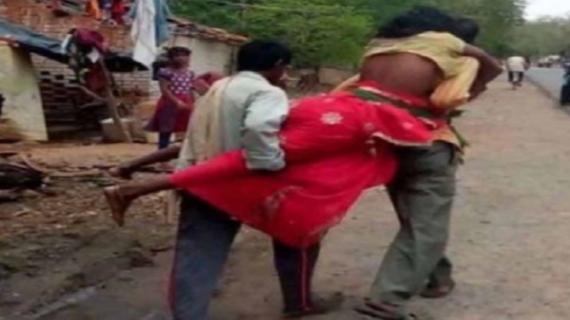 एंबुलेंस नहीं पहुंचने पर बहन को कंधे पर ले जा रहे भाई,बहन की हुई मौत : मिर्जापुर