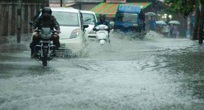 बारिश के कारण मुंबई में हाई टाइड अलर्ट, गुजरात में भी बढ़ी मुश्किलें