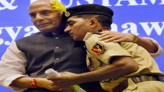 राजनाथ ने प्रोटोकॅाल तोड़ बहादुर BSF जवान को लगाया गले