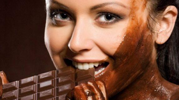 चॉकलेट खाए नहीं बल्कि चेहरे पर भी लगाएं होंगे अद्भुत फायदें