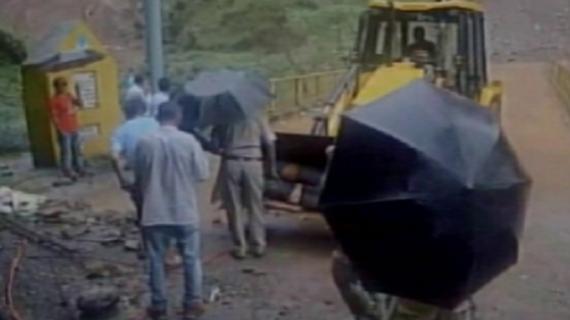 पिथौरागढ़ में कार पर गिरा चट्टान का मलबा, 5 लोगों की मौत