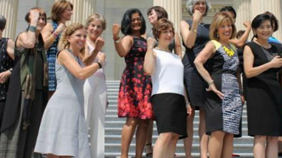 स्लीवलेस पर रोक के खिलाफ अमेरिकी महिला सांसदों का प्रदर्शन