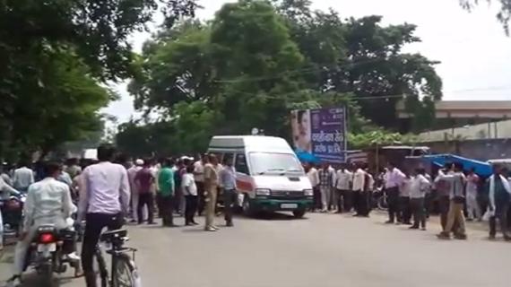 हरदोई में शिक्षामित्रों का विरोध प्रदर्शन