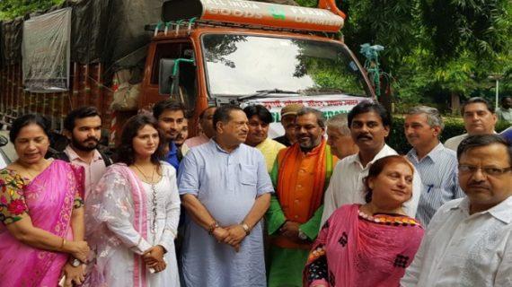 स्लम फाउंडेशन ने बिहार बाढ़ पाड़ितों के लिए भेजा राहत सामान, ट्रक को दी हरी झंड़ी