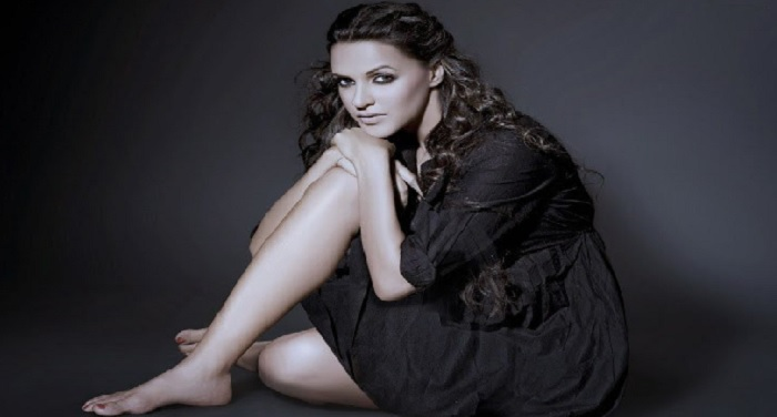 bollywood, neha dhoopia, car accident, chandigarh, selfie