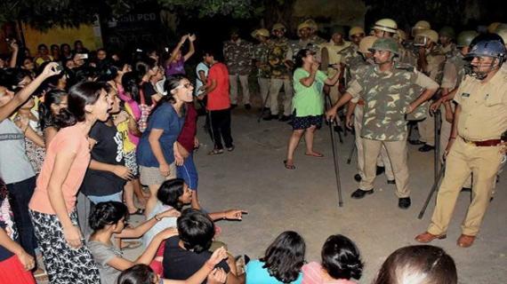 बीएचयू मामला: पीएम को ज्ञापन सौंपने जा रहे थे छात्र, पुलिस ने हिरासत में लिया
