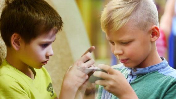 मोबाइल में गेम खेलने के दौरान हुआ हादसा, बच्चे के हाथ की 3 उंगलियां कटी
