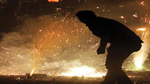 पटाखों के बैन के बाद लोगों ने सुप्रीम कोर्ट के बाहर पटाखे जलाकर जताई नाराजगी
