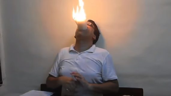 मुंह में एक साथ 22 मोमबत्ती जला कर दिनेश ने बनाया नया रिकॉर्ड