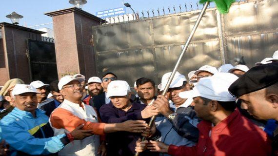 """उत्तराखंड: राज्यपाल और मुख्यमंत्री ने दिखाई """"'रन फॉर यूनिटी"""" को हरी झण्डी"""