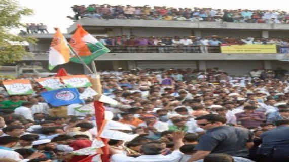 मुस्लिमों ने टिकट को लेकर कांग्रेस को बैनर में दी चेतावनी