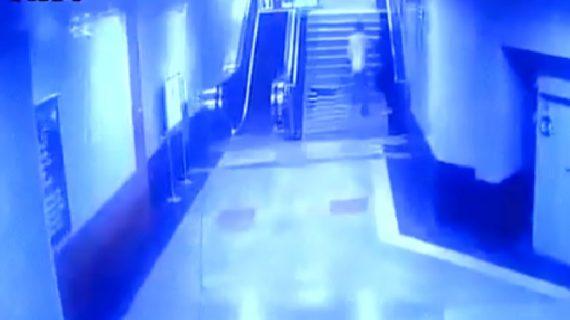 आईटीओ मेट्रो स्टेशन पर लड़की के साथ छेड़छाड़, कैमरे में कैद हुई घटना
