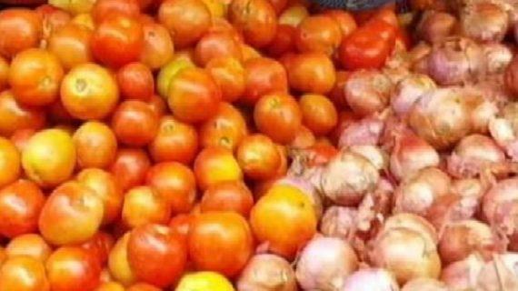 आम आदमी की पहुंच से दूर हुई सब्जियां, टमाटर और प्याज के दामों ने बिगाड़ा जायका