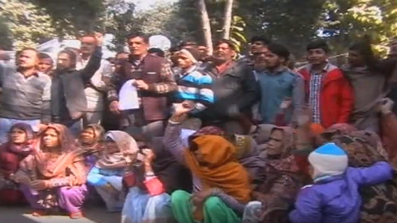 मुजफ्फरनगर: डीएम ऑफिस के बाहर दलितों  ने किया हंगामा, अवैध कब्जा हटाने की मांग की