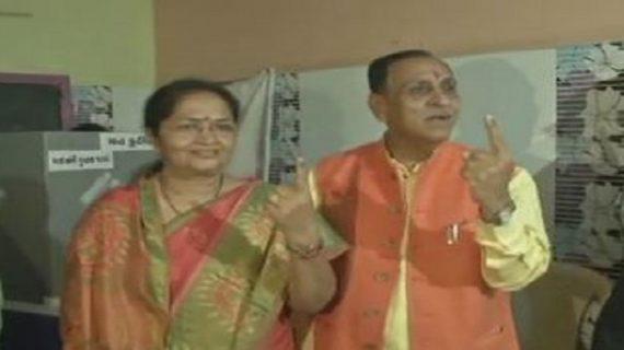 गुजरात चुनावः पहले की पूजा अर्चना फिर पत्नी संग सीएम विजय रुपाणी ने डाला वोट
