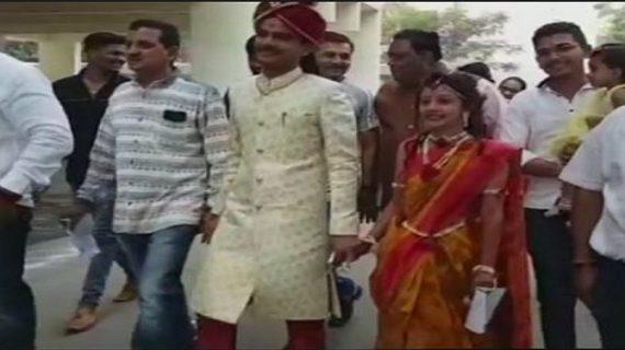 गुजरात विधानसभा चुनावः शादी के जोड़े में कपल ने पहले दिया वोट फिर रचाई शादी