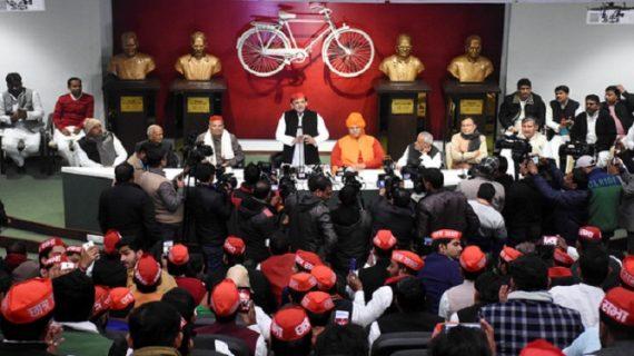 पूर्व मुख्यमंत्री अखिलेश ने छात्र नेताओं को किया सम्मानित