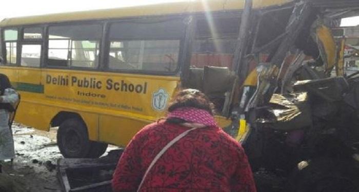 bus स्कूल बस और ट्रक में हुई जोरदार टक्कर, चार बच्चों की मौत कई घायल